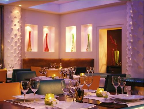A restaurant or other place to eat at Dar es Salaam Serena Hotel