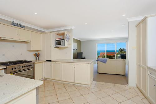 A kitchen or kitchenette at Stunning Home in Salamander Bay!