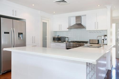 A kitchen or kitchenette at 'Seachange' stunning home & sleeps 10!