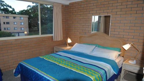 A bed or beds in a room at Seaspray- Walk to the beach!