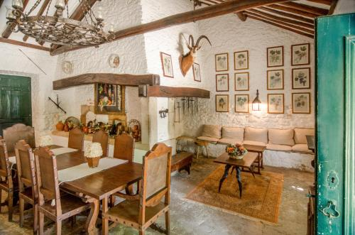 A restaurant or other place to eat at Quinta do Tojal