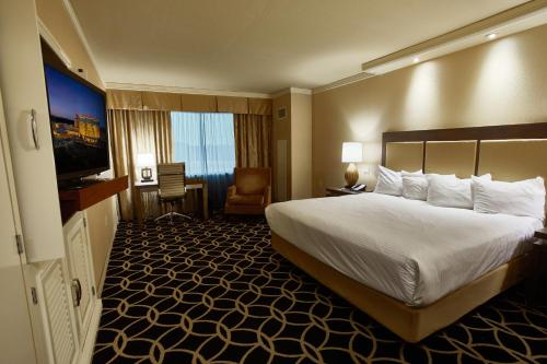 A bed or beds in a room at Hollywood Casino St. Louis