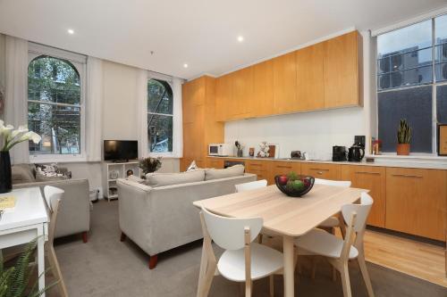 A kitchen or kitchenette at StayCentral Merigold on Collins