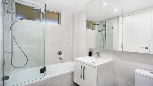 A bathroom at Immaculate fully renovated top floor apartment -CBEL2