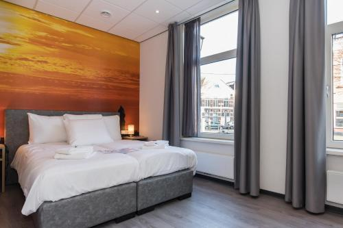 Een bed of bedden in een kamer bij City2Beach Hotel