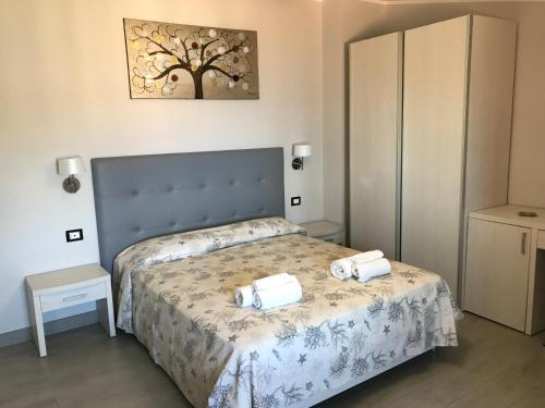A bed or beds in a room at Meublé Leonetti