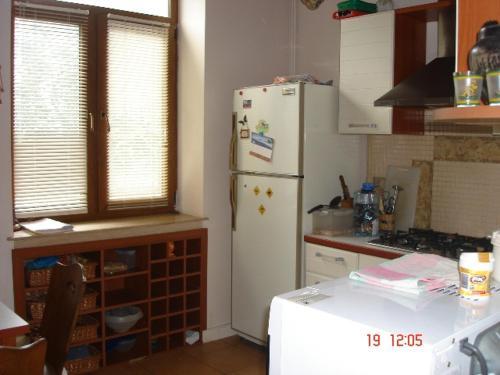A cozinha ou cozinha compacta de SAHIL 2 ZARIFA ALIEVA 27 Street