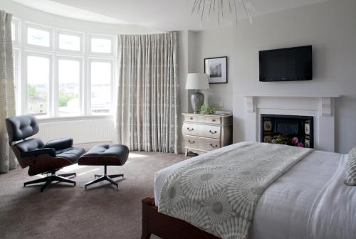 A television and/or entertainment centre at 2 Crescent Gardens Guest House