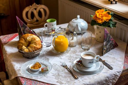 Breakfast options available to guests at Hotel Weiss - Room Service Disponible