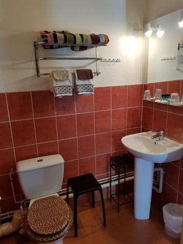 A bathroom at Hôtel de l'Île