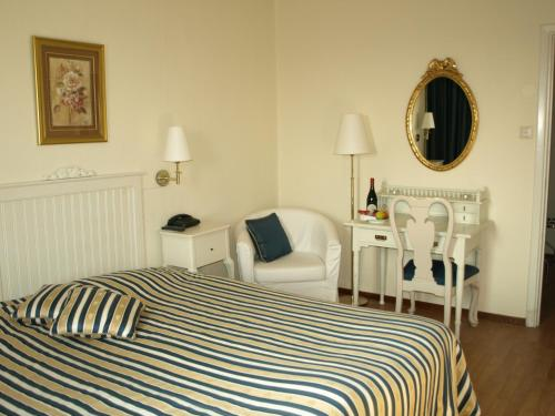 A bed or beds in a room at Hotel De Geer