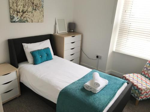 A bed or beds in a room at Liberty House
