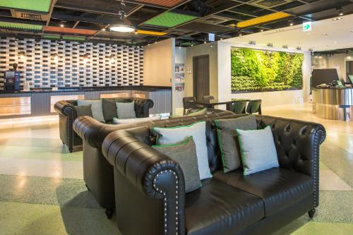 The lounge or bar area at Green World Triple Beds