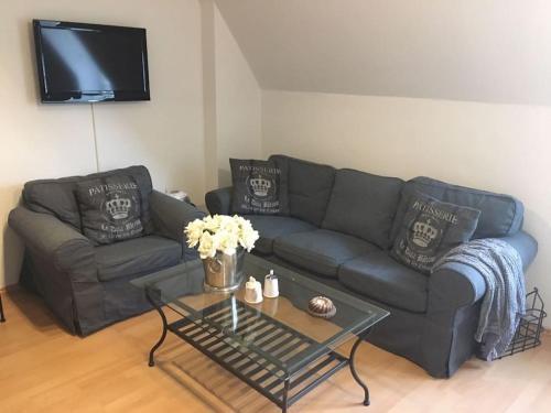 Ein Sitzbereich in der Unterkunft Ferienwohnung Schlosspartie an der Nordseeküste mit Parkblick und kostenfreiem WLAN