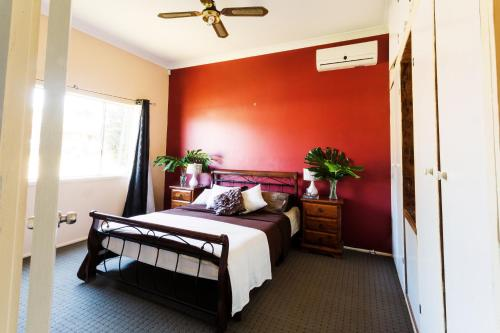 A bed or beds in a room at Coal d' Vine Cottage - Cessnock NSW