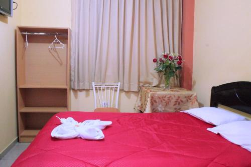 A bed or beds in a room at Hotel Los Gladiolos
