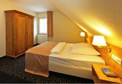 Ein Bett oder Betten in einem Zimmer der Unterkunft Hotel Restaurant Adler