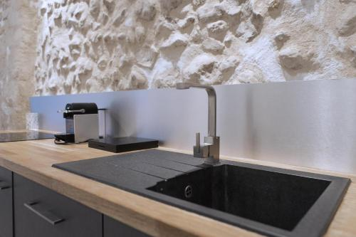 A kitchen or kitchenette at Ausone Beautiful loft apartment in historical center + terrace and parking