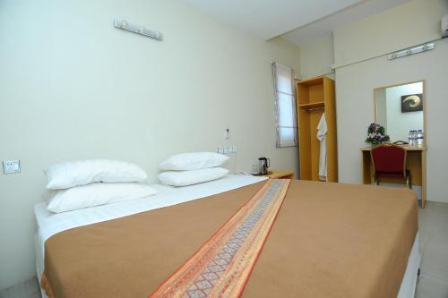 A bed or beds in a room at Bawga Theiddhi Hotel (Kyike Hti Yoe)