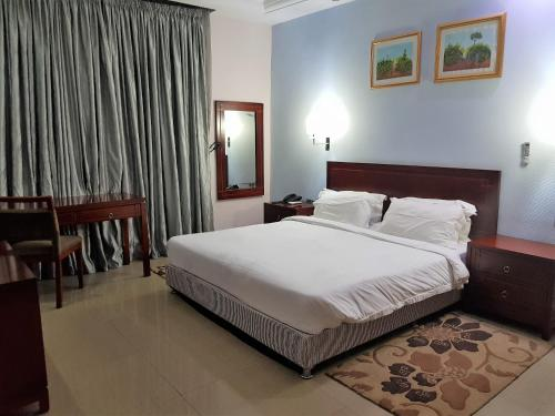 A bed or beds in a room at Serendib Hotel & Service Apartments