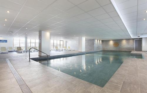 The swimming pool at or close to Résidence Prestige Odalys Front de Neige