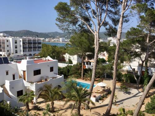 Výhled na bazén z ubytování Chalet Torralba - Villa at Hotel Osiris nebo okolí