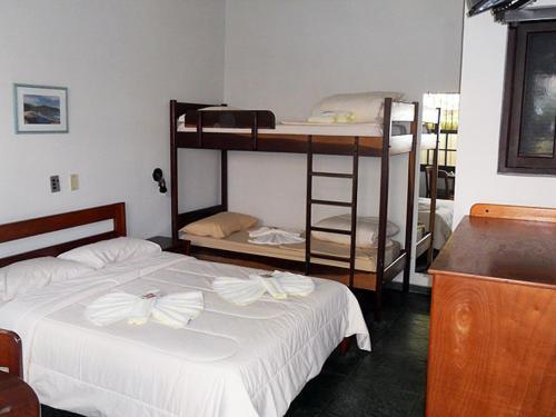 A bunk bed or bunk beds in a room at Pousada Manobra