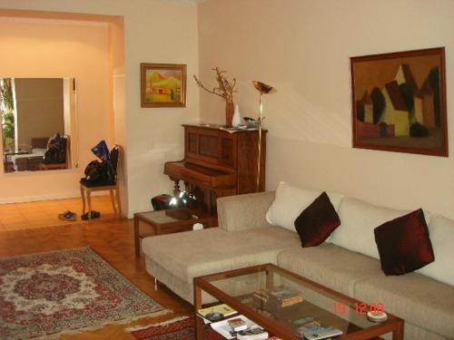 Uma área de estar em Sahil Apartment