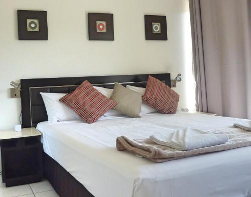 A bed or beds in a room at Jadran Motel & El Jays Holiday Lodge