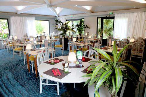 A restaurant or other place to eat at Kyriad Lannion-Perros-Guirec
