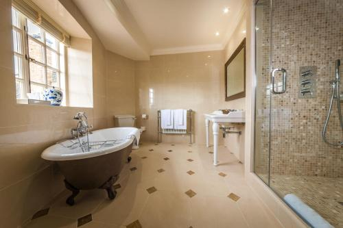 A bathroom at Greywalls Hotel & Chez Roux