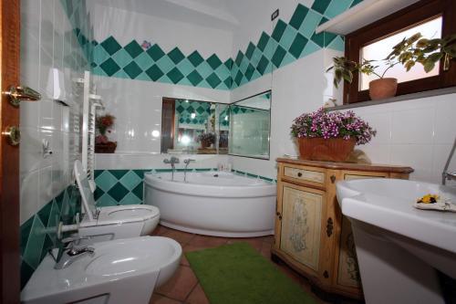 A bathroom at B&B Su Biancu