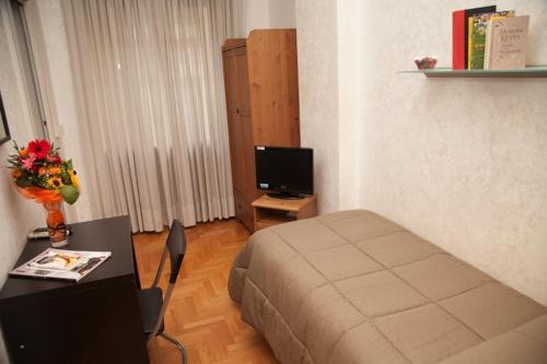 A television and/or entertainment center at Kosher Bed&Breakfast La Casa di Eva