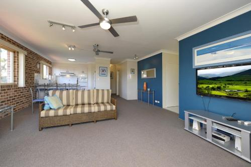 A seating area at Cottage Court 10 - Nelson Bay