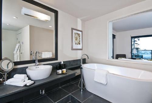 Ein Badezimmer in der Unterkunft Black Rock Oceanfront Resort