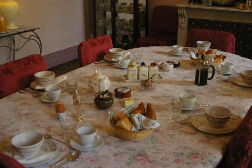 Breakfast options available to guests at L'Impasse du Temple