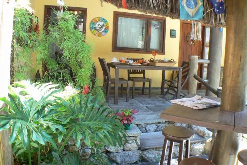 Um restaurante ou outro lugar para comer em Itacoatiara Inn
