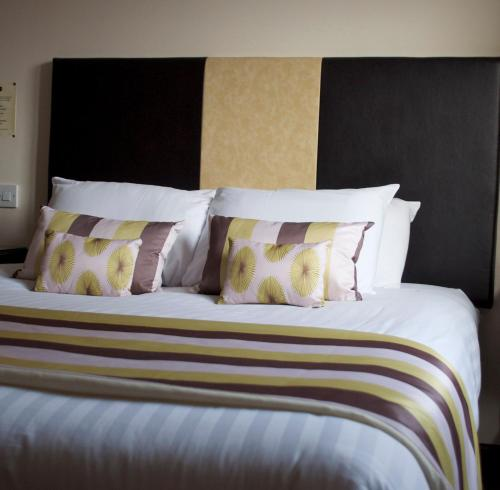 A bed or beds in a room at The Milton Inn