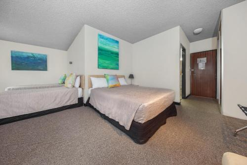 A bed or beds in a room at Belconnen Way Hotel & Serviced Apartments