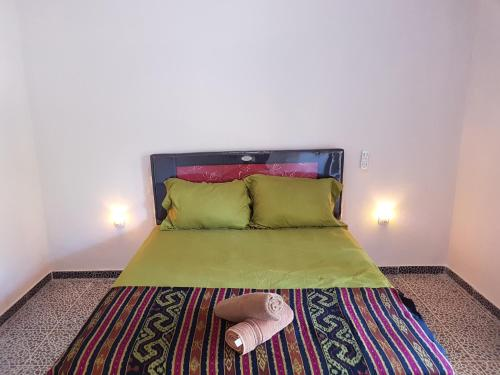 A bed or beds in a room at Kuta Lodge Homestay