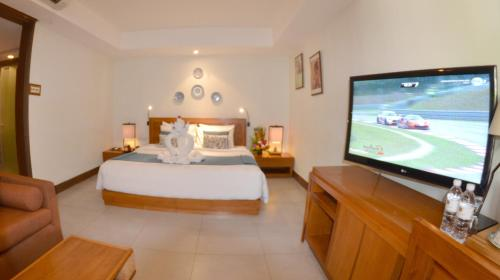 A television and/or entertainment centre at Rama Garden Hotel Bali
