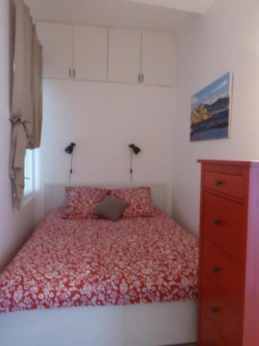 A bed or beds in a room at Vieille Ville, 1 bedroom apt, max 2 adults and 2 kids or 3 adults