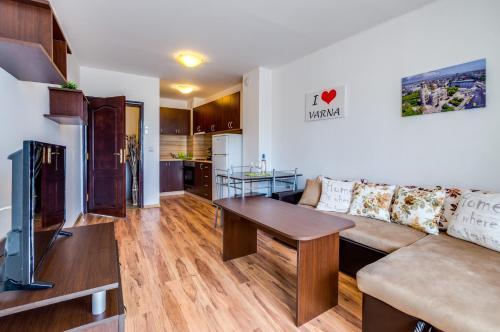 A seating area at I love Varna Apartments