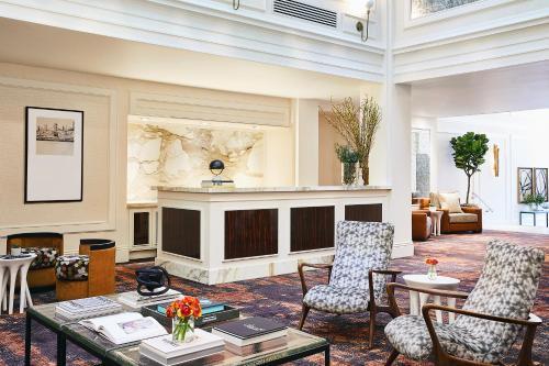 O saguão ou recepção de Galleria Park, a Joie de Vivre Hotel