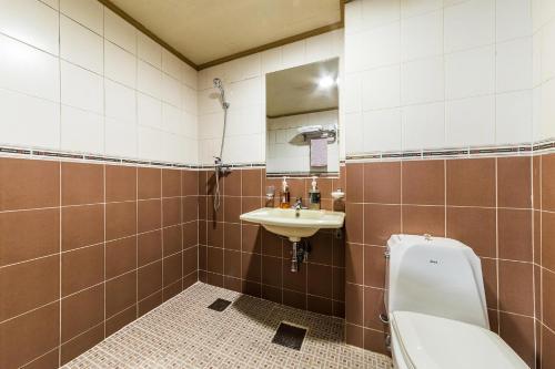 A bathroom at Charmant Hotel Suwon