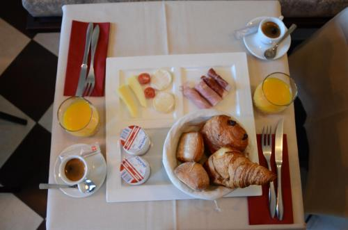 Breakfast options available to guests at Hôtel Grimaldi
