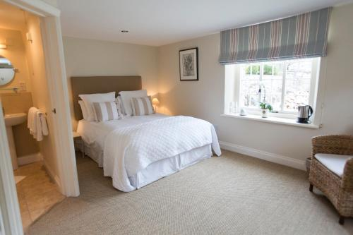 A bed or beds in a room at Devonshire Arms