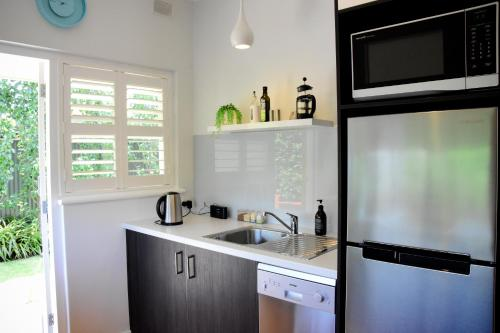 A kitchen or kitchenette at City to Sea