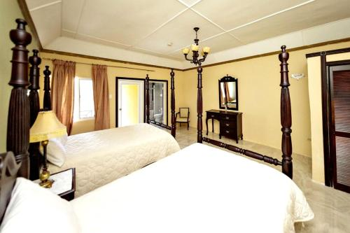 A bed or beds in a room at Starlight Chalet