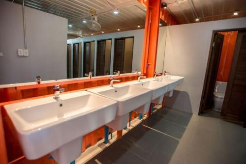 A bathroom at UBOX Hostel